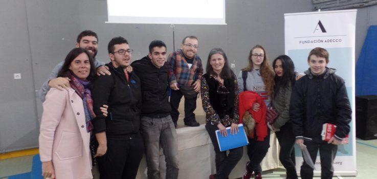 El optimismo, la lucha diaria y la valentía de Joan Pahisa emocionan al alumnado del IES Huarte.